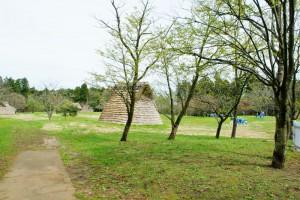 長者ケ原遺跡公園です。縄文時代の住宅が再現されていて、この日は地元小学校の生徒さんが見学に来ていました。