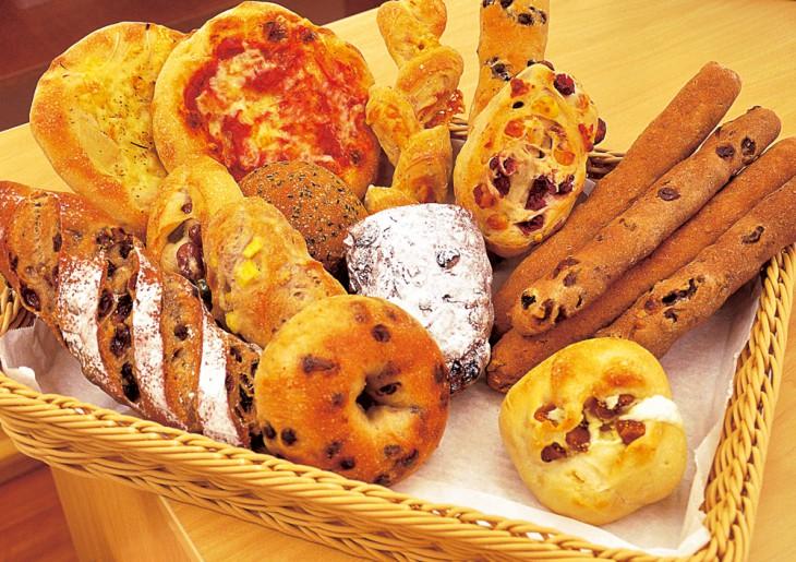 本場ドイツのライ麦と国産小麦にこだわり、素材を生かしたパンを常時30種ほど用意。新作も開発中とか。