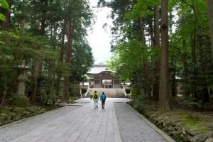 集合は彌彦神社境内に朝8時30分。朝の境内は空気がピンとしていていいですね。