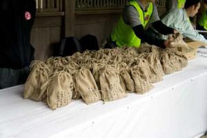 で、登山道整備のボランティア活動として、荷物に余裕のある人は、一袋ずつ砂利の袋を持って上がります。私も持っていくことにしました。