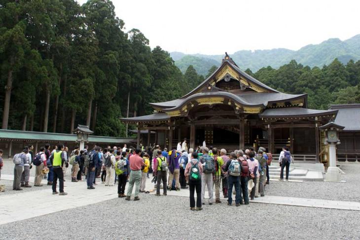 清掃登山前に、彌彦神社の前に並んで清めのおはらいを受けます。