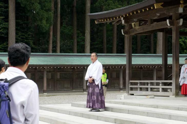 出発に先立ち、彌彦神社の権宮司・金子清郎さんよりお話しがありました。「御遷座を記念した100年に一度の登山です。日頃お護りいただいている彌彦神社の大神様に感謝し、清掃をしながら登山することで穢れが除かれ、命が本来の輝きを取り戻します」とのこと。