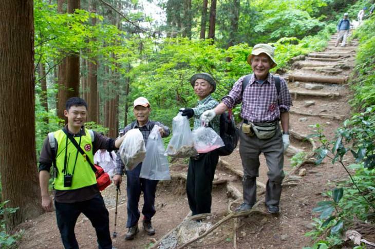ゆっくりと休憩しながらの清掃登山。グループやご家族で参加されている方も多かったです。
