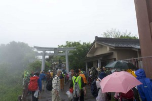 弥彦山頂上にある、彌彦神社御神廟に到着です。
