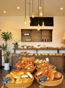 オープン直後から店内には、香ばしい焼きたてパンの香りが漂います。その匂いにつられて、思わずあれもこれもと買いたくなりそうです。