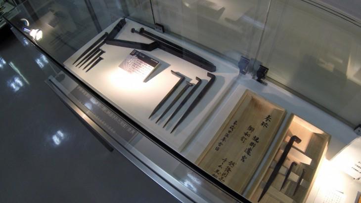 これは近年行われた伊勢神宮の式年遷宮の際に、三条から納品された和釘や金具などです。伊勢神宮も三条の和釘を使っているんですね~。