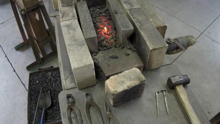 和釘製作体験に使う炉です。コークスを燃やして、下から風を送り込んで温度を上げています。だいたい1500℃ぐらいまで加熱するそうです。