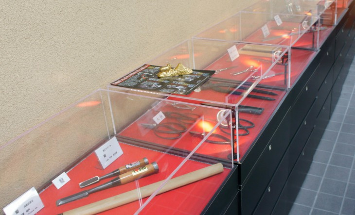 館内には三条の金属製品が飾られています。匠の手による見事な品が並びます。