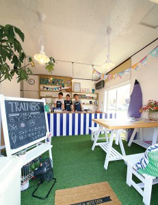 青と白でコーディネートした店内は爽やかな雰囲気。食のセミナーも定期的に開催しています。