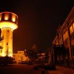 花火「白菊」は、復興と平和の象徴・長岡市水道タンクと合わせて見る。
