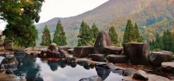 もうすぐピーク、紅葉は今年は早め? 秋山郷の絶景温泉とジオ