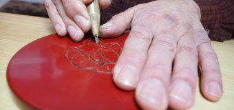 ザクッ、ザクッ、ザクッ、漆を削って仕上げていく「村上木彫堆朱(きぼりついしゅ)体験」