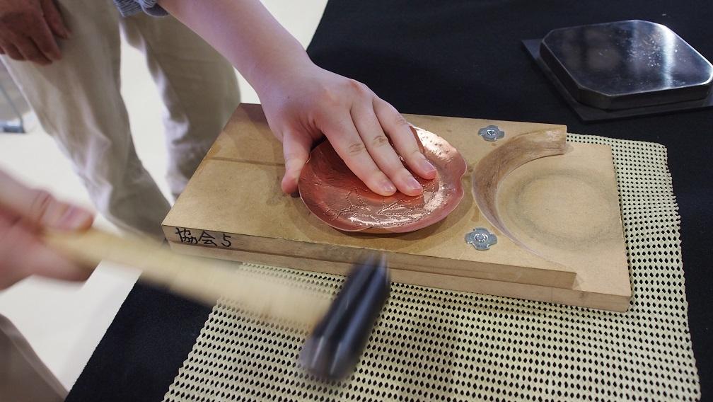 テンテンテンテンテンのリズムが鳴り響く 鎚起銅器の小皿制作で鍛金・彫金の技を体験