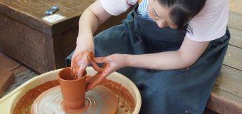 窯元から直々に教えてもらえる! 佐渡の伝統工芸「無名異焼」で「ロクロ」に挑戦!